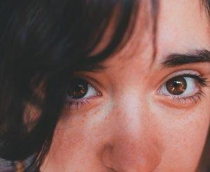 Por qué salen bolsas en los ojos y cómo eliminarlas